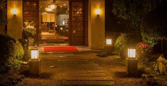 瓦泰小巷风格酒店 - 热海市 - 建筑
