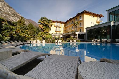 尼柯丽温泉别墅酒店 - 里瓦 - 游泳池