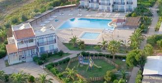 斯威特卡利梅拉公寓 - 卡达麦纳 - 游泳池