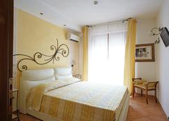 罗拉皮科洛酒店 - 格罗塞托 - 睡房