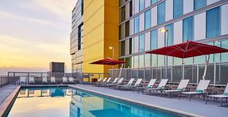 万豪圣地亚哥市中心/海湾春季山丘套房酒店 - 圣地亚哥 - 游泳池