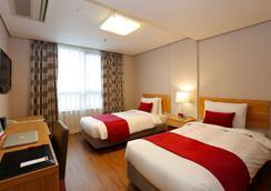 华美达酒店 - 首尔 - 睡房