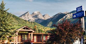 弗尼加拿大最佳价值酒店及套房 - 弗尼 - 建筑