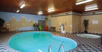 弗尼加拿大最佳价值套房酒店 - 弗尼 - 游泳池