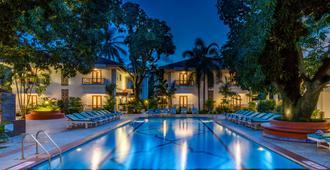 果阿坎多林丽筠酒店 - 坎多林 - 游泳池