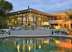 洛奇哈拉雷克雷斯塔酒店 - 哈拉雷 - 游泳池