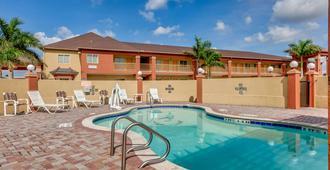 凯艺酒店 - 布朗斯维尔 - 游泳池