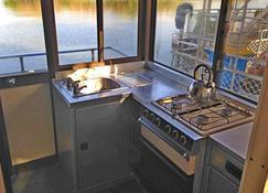 科罗波里船屋酒店 - Point Stuart - 厨房