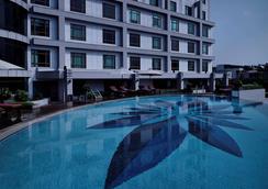 河内铂尔曼酒店 - 河内 - 游泳池