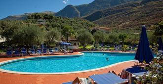 奥里维俱乐部网球中心酒店 - 马尔切西内 - 游泳池