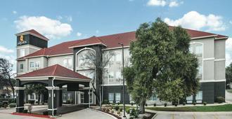 圣安东尼奥多米宁温德姆拉昆塔套房酒店 - 圣安东尼奥 - 建筑