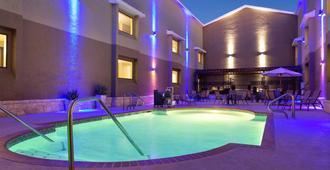 卡尔森拉克兰空军基地乡村套房酒店 - 圣安东尼奥 - 游泳池
