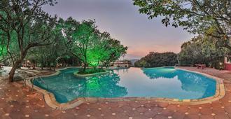 馬哈巴勒什瓦謝爾伍德馬辛德拉俱樂部飯店 - 默哈伯莱什沃尔 - 游泳池