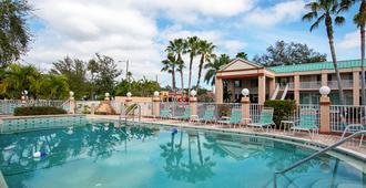 伊康套房飯店 - 克利尔沃特 - 游泳池