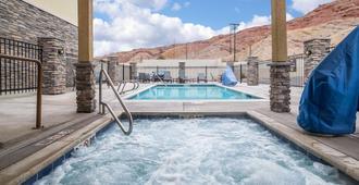 莫伯舒适套房酒店-靠近拱门国家公园 - 摩押 - 游泳池