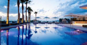 阿伽布鲁温泉精品酒店 - 科斯镇 - 游泳池