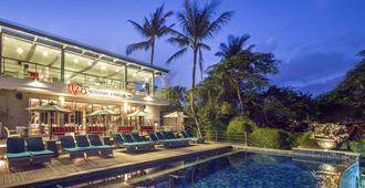 卡马吉拉勒吉安巴厘岛度假村 - 库塔 - 游泳池