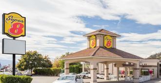 基隆拿速8酒店 - 基洛纳