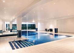 卡迪夫荷兰屋Spa美居酒店 - 卡迪夫 - 游泳池