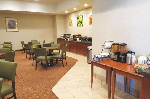 斯坦福拉昆塔套房及酒店 - 斯坦福德 - 自助餐