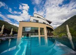 格里斯丘那酒店 - 圣安东阿尔贝格 - 游泳池