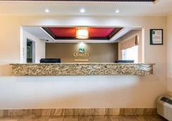 品质套房酒店大学/机场 - 路易斯威尔 - 大厅