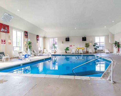 品质套房酒店大学/机场 - 路易斯威尔 - 游泳池