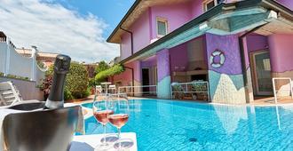 里拉别墅酒店 - 代森扎诺-德尔加达 - 游泳池