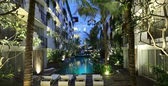 勒吉安阿卡马尼酒店 - 库塔 - 游泳池