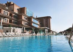 Ah格拉纳达皇宫套房商务水疗酒店 - 莫纳奇尔 - 游泳池