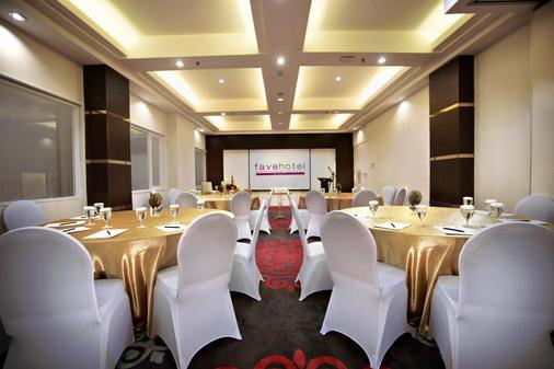 玛加沙帕纳库康法维酒店 - 马卡萨 - 宴会厅