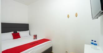 瑞德多兹普拉斯酒店 @ 桑特湖乌塔 - 雅加达 - 睡房