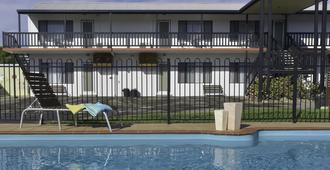 黑菲尔德公寓及汽车旅馆 - 湖区入口 - 游泳池
