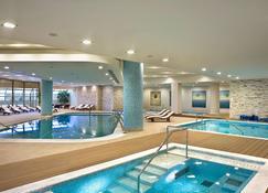 Ramada Plaza by Wyndham Thraki - 亚历山德鲁波利斯 - 游泳池