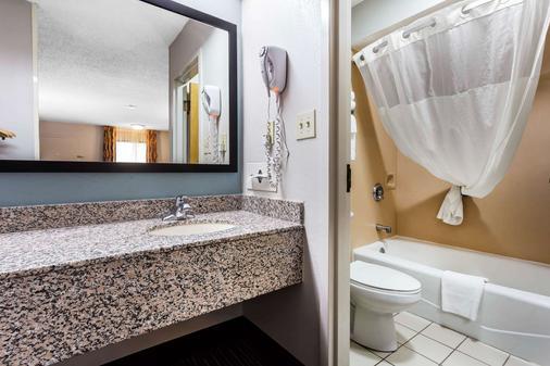 诺曼穆尔斯威尔湖品质套房酒店 - 穆尔斯维尔 - 浴室