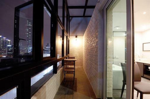 皇后酒店 - 釜山 - 阳台