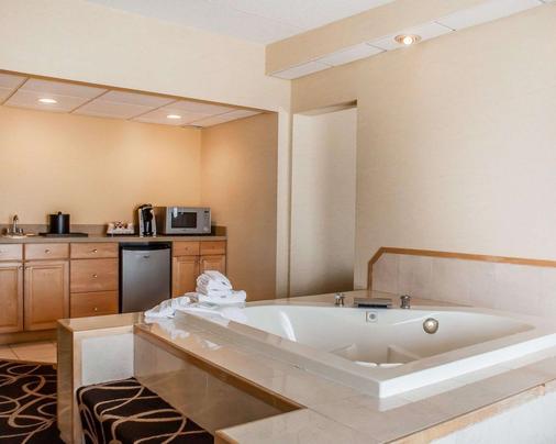 瀑布品质套房酒店 - 尼亚加拉瀑布 - 浴室