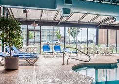 瀑布品质套房酒店 - 尼亚加拉瀑布 - 游泳池