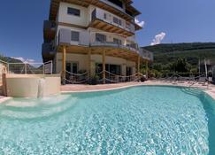 普里玛维拉环保酒店 - 里瓦 - 游泳池
