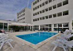 法尔内塞加贝斯特韦斯特优质酒店 - 帕尔马 - 游泳池