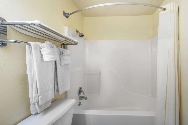 丹顿速8酒店 - 丹顿 - 浴室