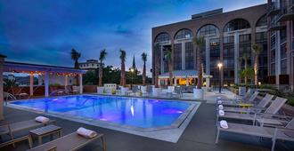 萨凡纳德索托希尔顿酒店 - 萨凡纳 - 游泳池