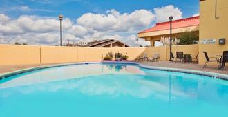 孟菲斯机场雅园拉昆塔酒店及套房 - 孟菲斯 - 游泳池