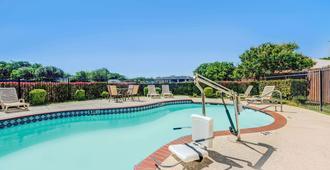 麦金尼/普莱诺区速8汽车旅馆 - 麦金尼 - 游泳池