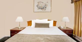 霍华德约翰逊市中心酒店 - 坎卢普斯 - 睡房