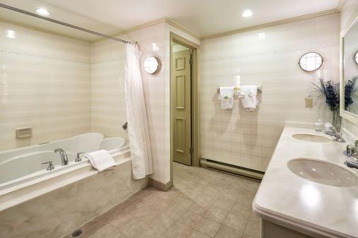 湖上酒店,阿桑德连锁酒店 - Fall River - 浴室