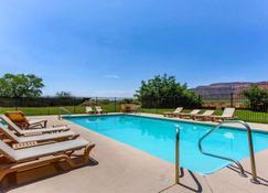 卡纳布罗德威旅馆 - 卡纳布 - 游泳池