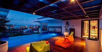 哈里斯酒店塞米亚克 - 库塔 - 游泳池
