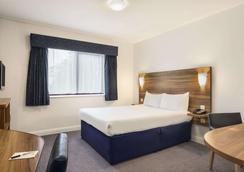 科利nec M6戴斯酒店 - 考文垂 - 睡房