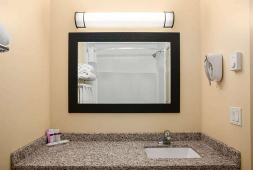 戈尔登华美达酒店 - 戈尔登 - 浴室